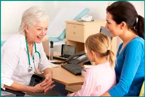 Осмотр ребенка у врача при цистите
