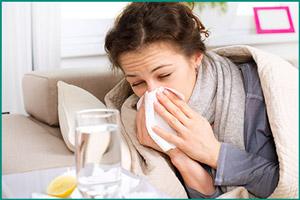 Девушка болеет простудой