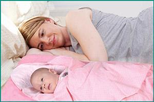 Новорожденный малыш с матерью