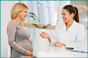 Врач принимает беременную женщину