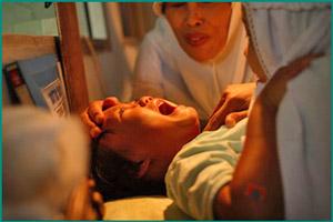 Девочке делают обрезание
